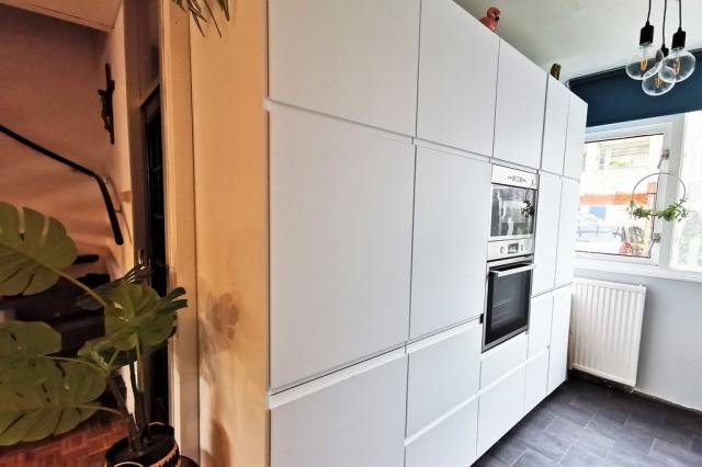 30 x Ikea keuken - Witte greeploze keuken met veel bergruimte