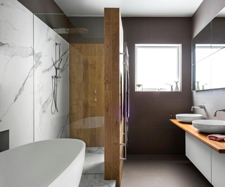 Badkamer ideeën moderne stijl marmer en hout