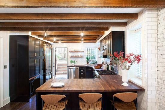 Een hoogglans zwarte klassieke keuken