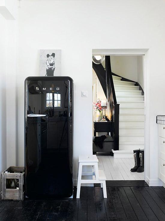 een zwarte smeg koelkast in de keuken wooninspiratie. Black Bedroom Furniture Sets. Home Design Ideas