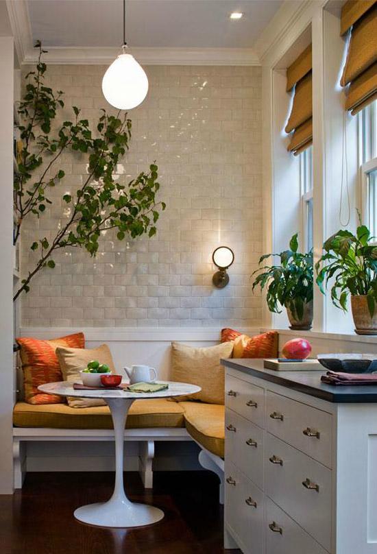 Gezellige Kleine Keuken : Zoek er een paar leuke kleuren kussens bij en maak de hoek af met wat