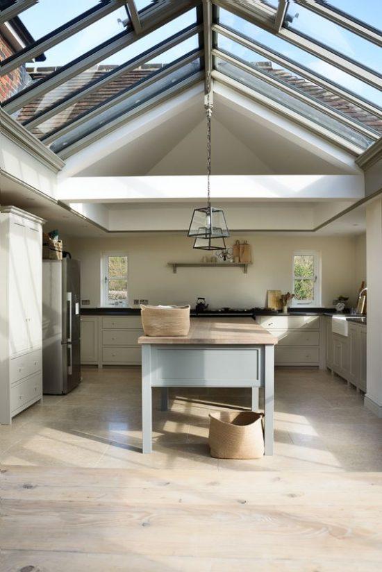 Een ruimte met een glazen dak