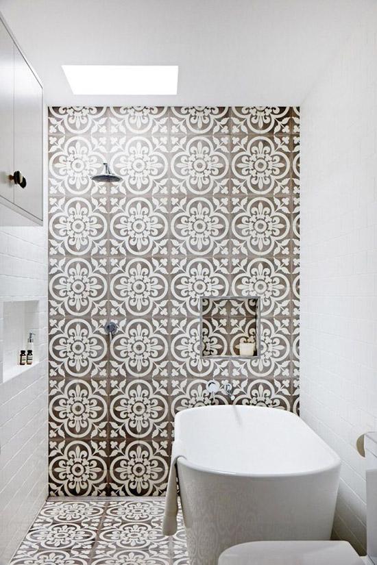 Grafische tegels in de badkamer