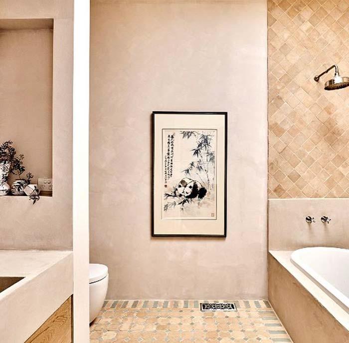 Zachte lichte kalkverf in een prachtige badkamer