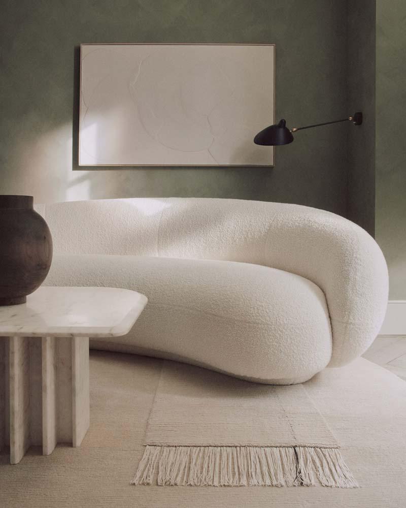 Een mooie grijsgroene kalkverf, gebruikt in de mooie woonkamer van een project van House of Grey uit Londen.