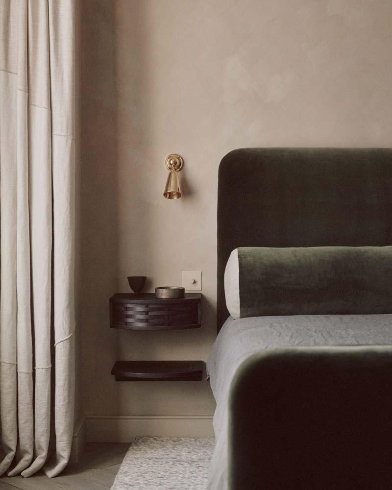 Hier nogmaals het project van House of grey met kalkverf aan de muren in de mooie slaapkamer.