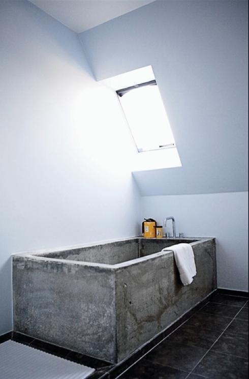 Badkamerinrichting met betonnen invloeden