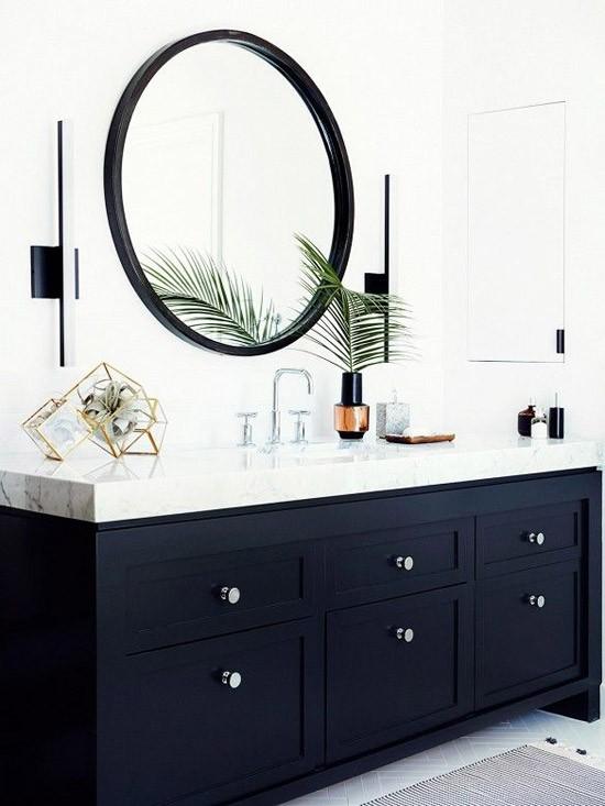 Badkamer met donkere meubelkast