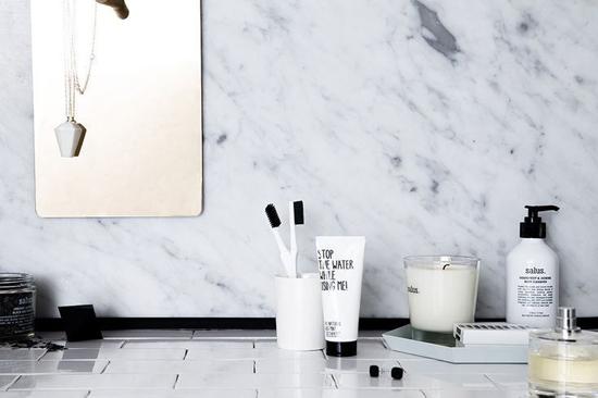 Badkamer met marmeren invloeden