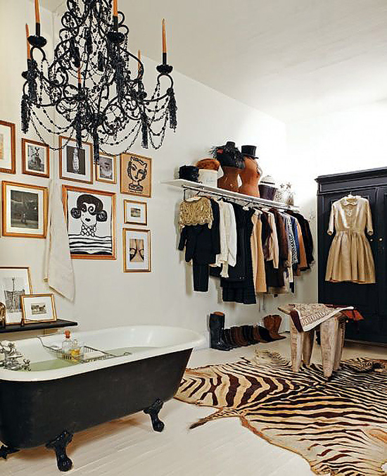 Badkamer met walk in closet wooninspiratie - Black and white dressing room ...