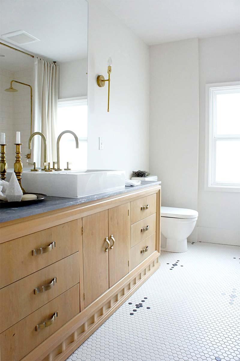 badkamertrends 2021 houten badkamermeubel gouden kraan