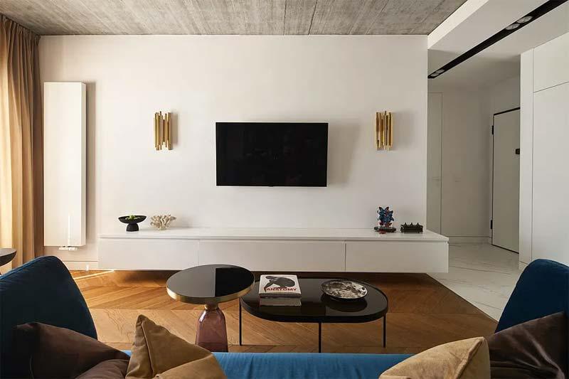 chic klassiek interieur tv aan de muur
