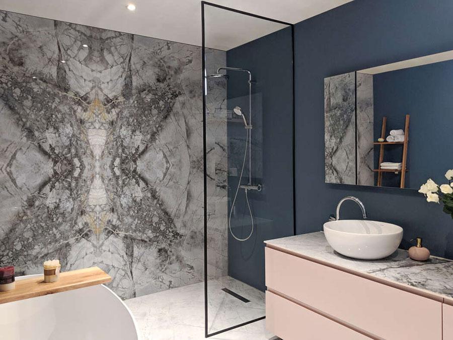 Deze chique badkamer is ingericht met originele kleuren en materialen