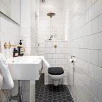 Deze kleine smalle badkamer is super mooi en chique ingericht!