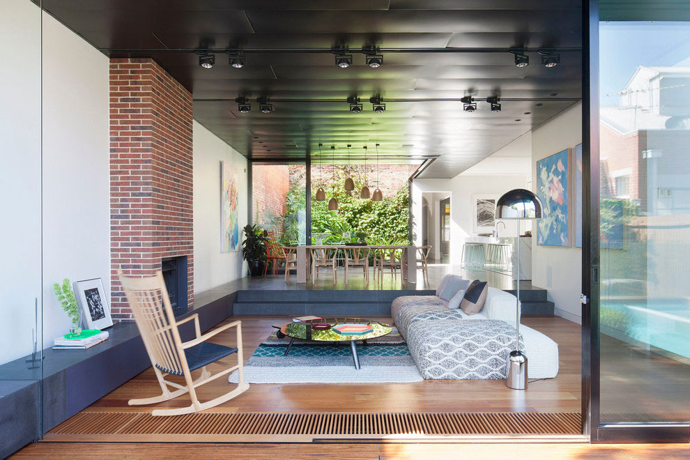 Deze moderne tuin met zwembad is ingericht als een verlengde van de woning