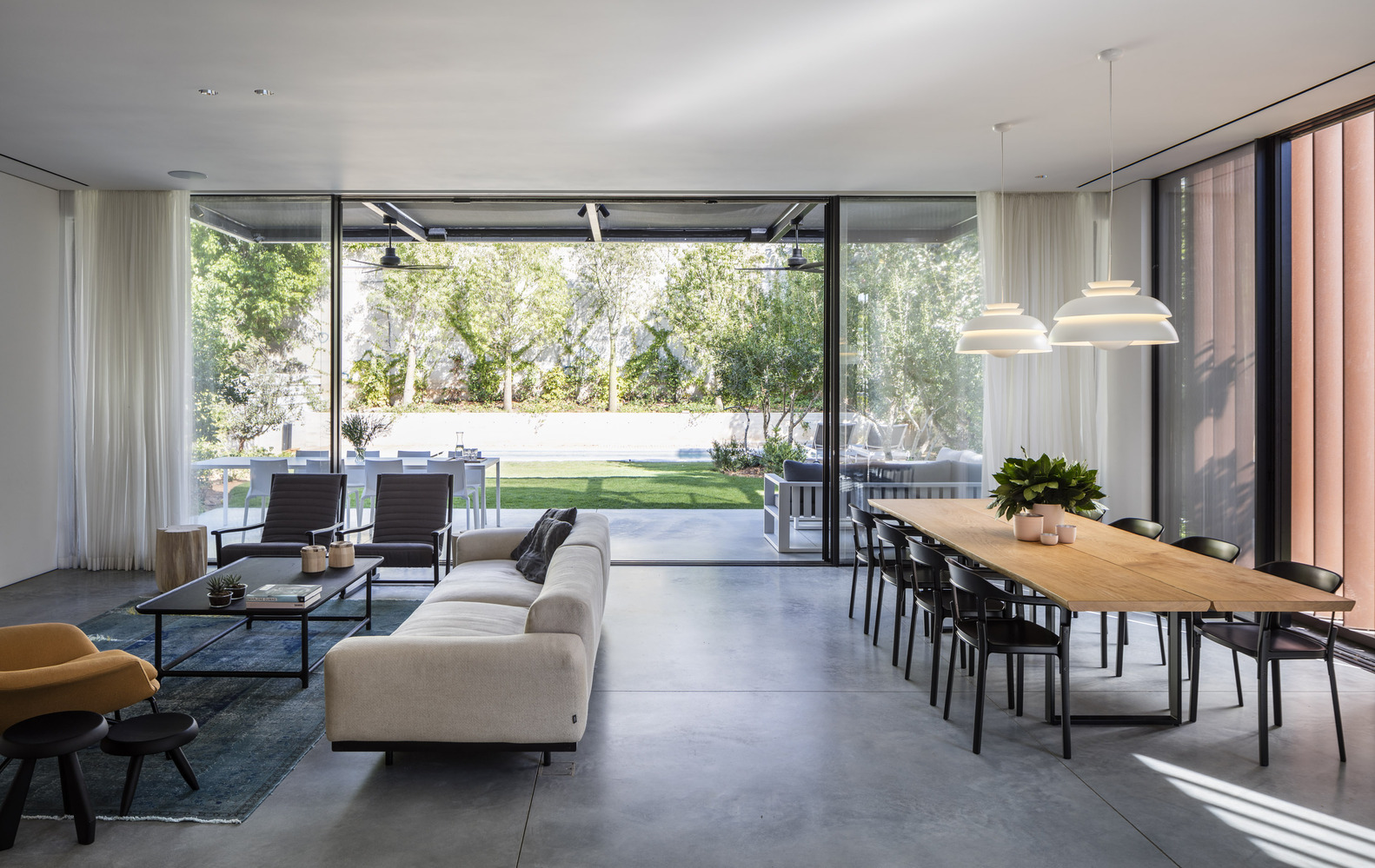 Deze tuin is een verlengde van de woonkamer geworden met een mooie terrasoverkapping