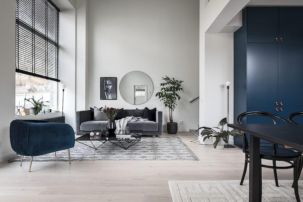 Deze woonkamer heeft een super hoog plafond van 5,3m!