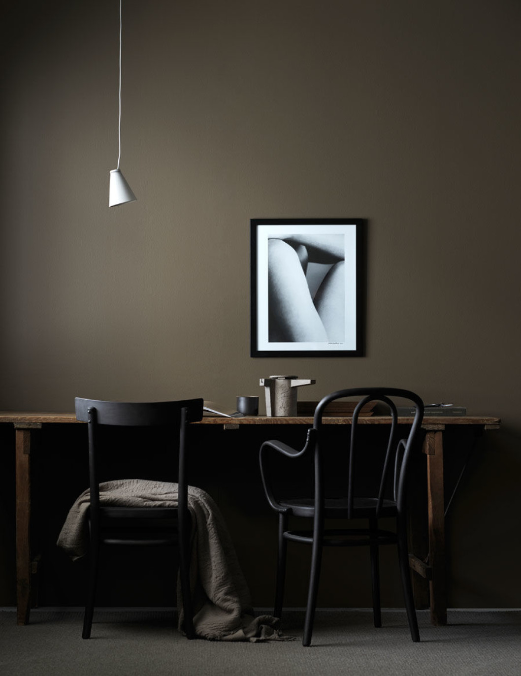 donkere taupe muren werkplek