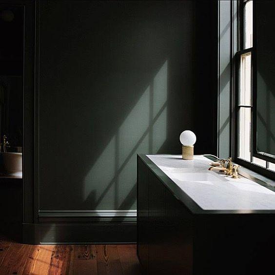 Donkergroene muur in de badkamer