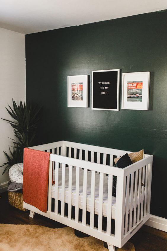 Donkergroene muur in de kinderkamer
