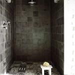 Een romantische donkere badkamerinrichting