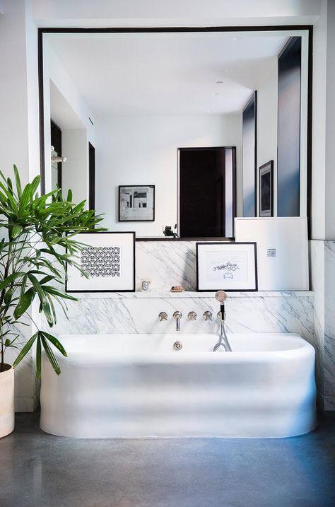 Een grote spiegel in de badkamer
