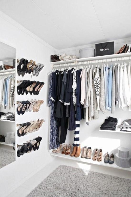 een open kledingkast in de slaapkamer