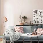 Een roze wand in de woonkamer