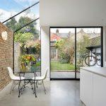 Een ruimte met glazen dak
