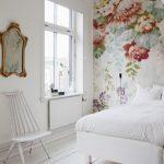 Een serene slaapkamer met bloemetjes behang