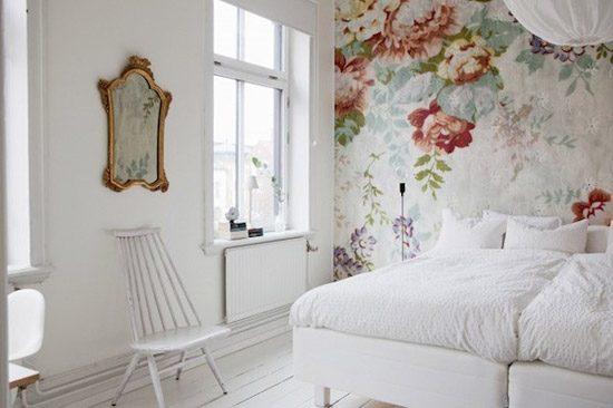 een serene slaapkamer met bloemetjes behang | wooninspiratie, Deco ideeën