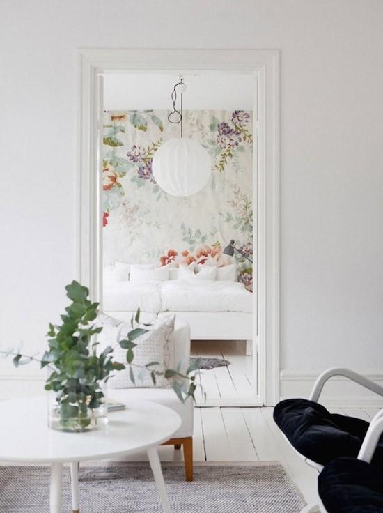 Een serene slaapkamer met bloemetjes behang wooninspiratie - Slaapkamer met behang ...
