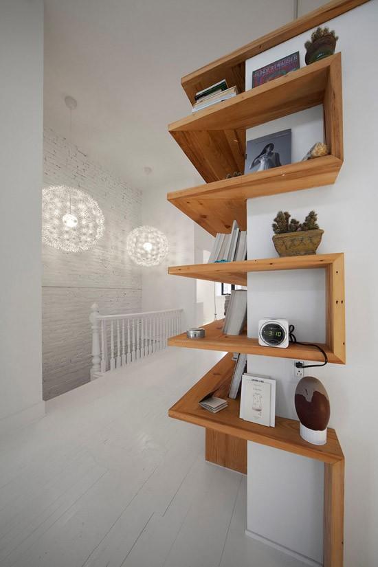 Een slaapkamer met een ingebouwde boekenkast