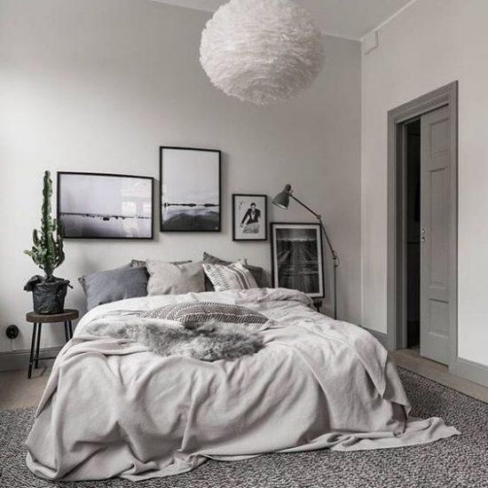 Een wand vol lijsten in de slaapkamer