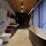 Exclusieve en sfeervolle badkamer van luxe chalet