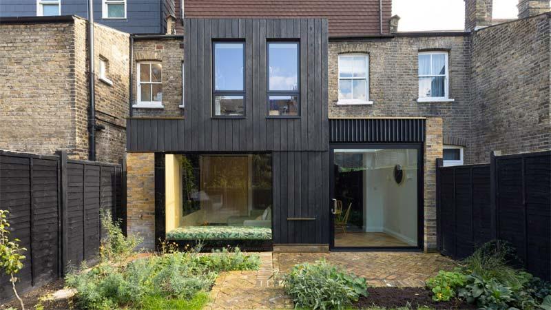 glazen uitbouw houten wandbekelding zwarte planken