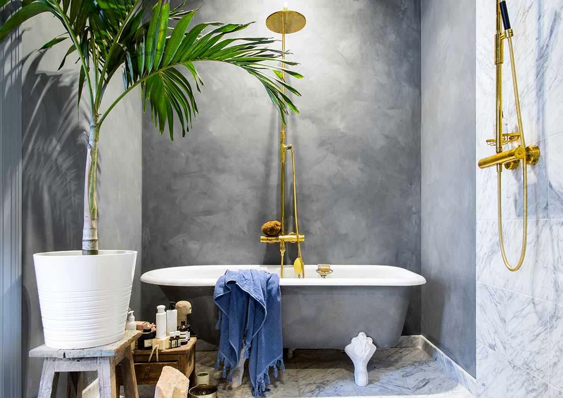 De Oxford blue kalkverf van Pure & Original staat prachtig gij de gouden accenten in deze mooie badkamer.