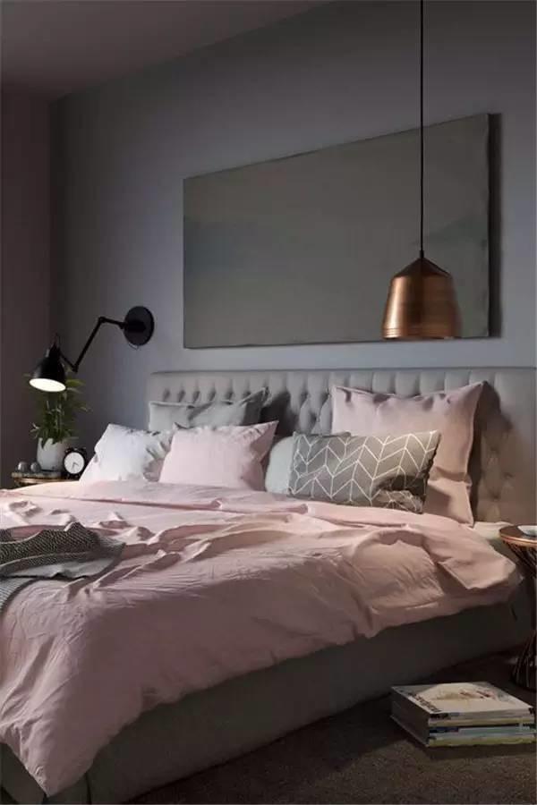 grijze muur met roze