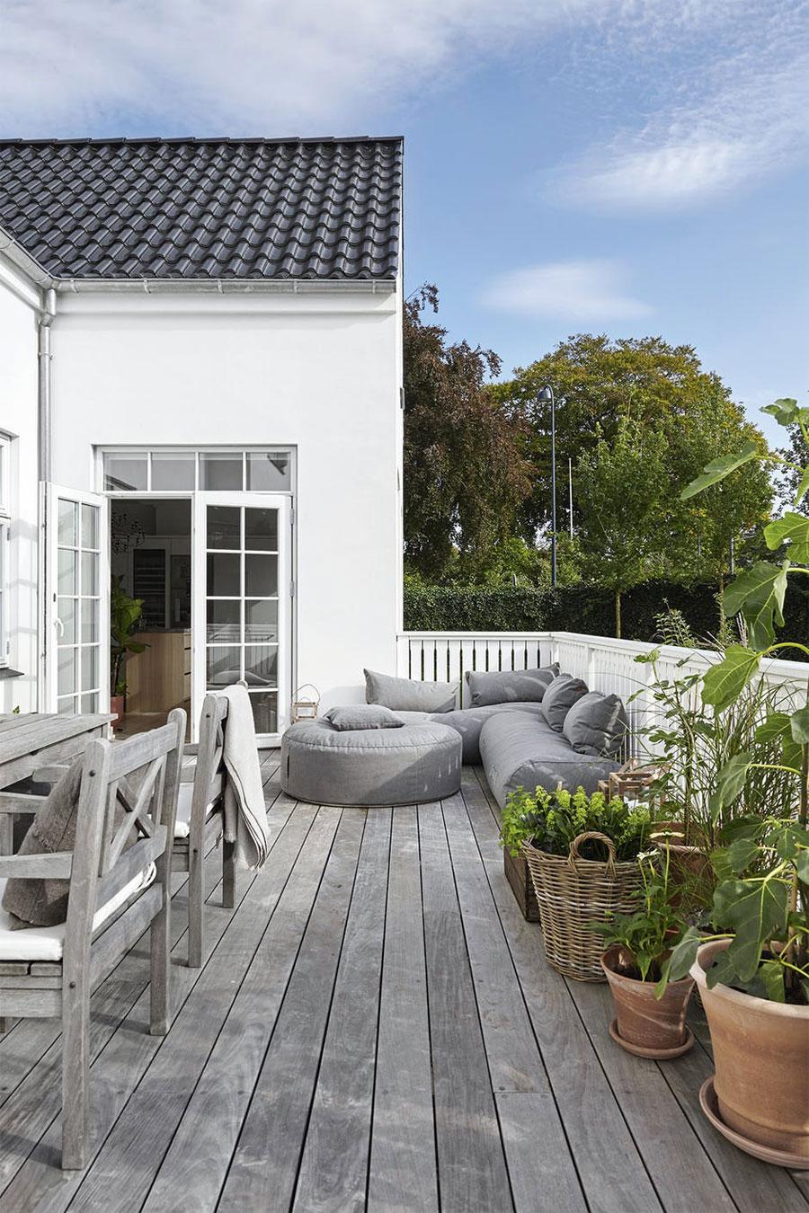 In deze tuin is een heerlijk veranda terras gecreëerd!
