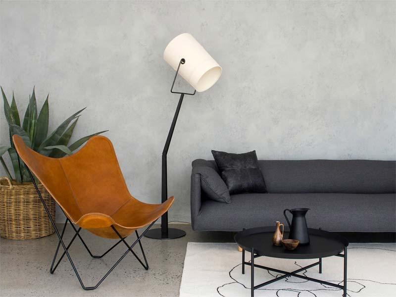 Lichtgrijze 'Agave' kalkverf van Bauwerk Colour in deze moderne woonkamer.