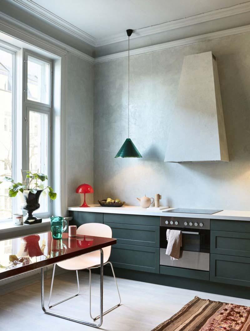 Betonlook kalkverf is een populaire keuze voor aan de keuken achterwand.