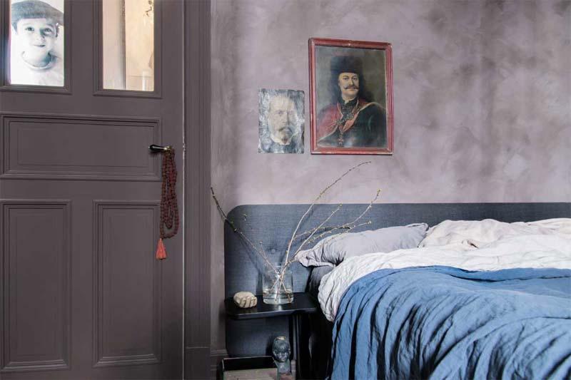 De muren in deze slaapkamer zijn geschilderd met de Fresco Kalkverf van Pure & Original in de kleur Aubergine.