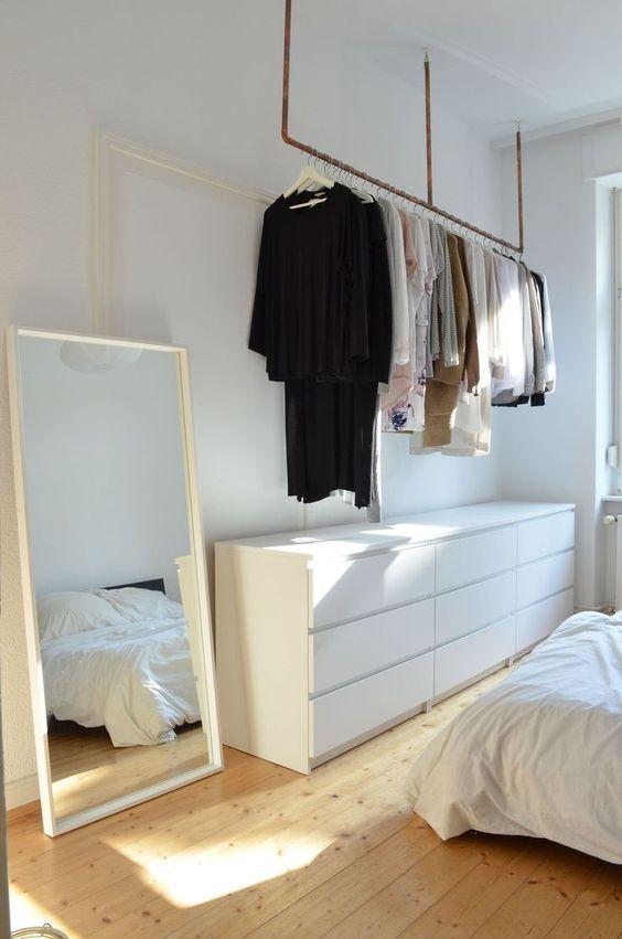 Kledingrek aan plafond slaapkamer IKEA Malm ladekasten