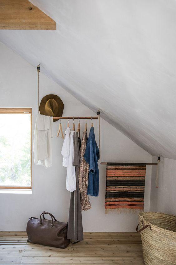 Kledingrek schuin plafond slaapkamer