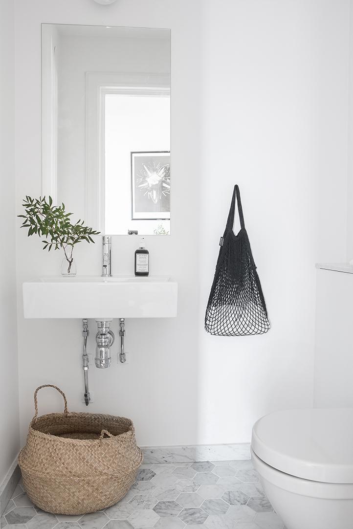 Klein maar super fijne Scandinavische badkamer