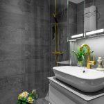 Kleine grijze badkamer met gouden accenten