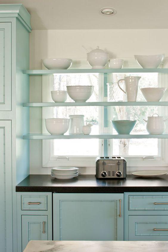 kleine keuken inrichten wandplanken voor raam