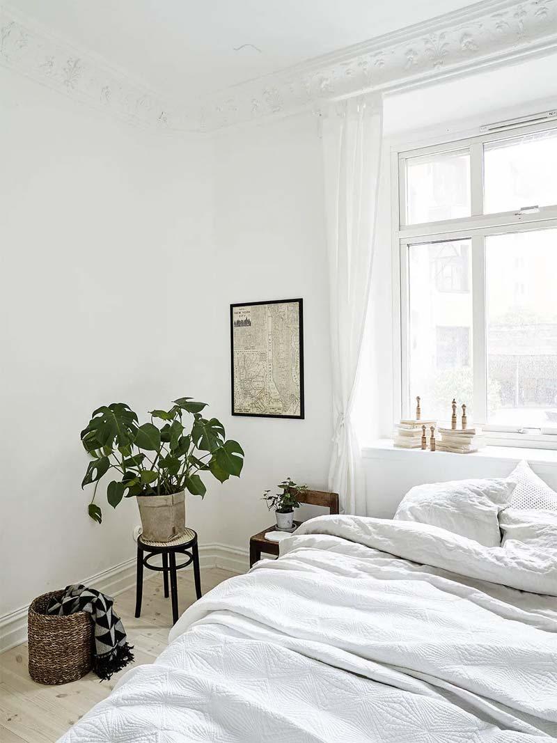 Een hele fijne lichtinval in deze kleine slaapkamer.