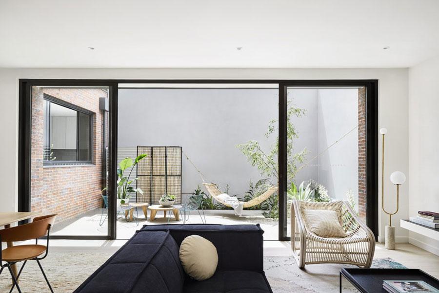 Kleine tuin met betonnen vloer