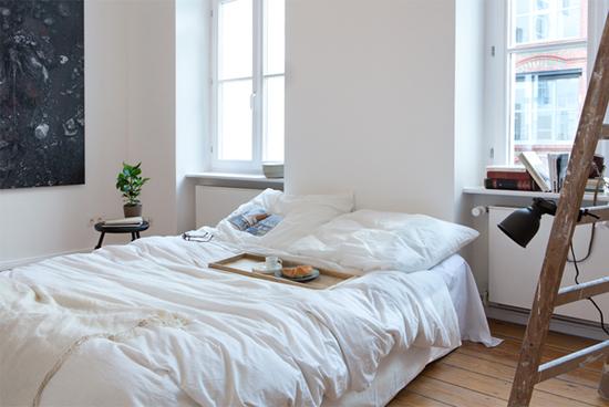 Een slaapkamer met een ladder